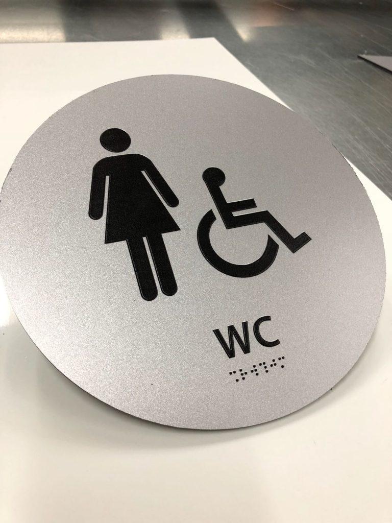 שלט הכוונה לשירותים