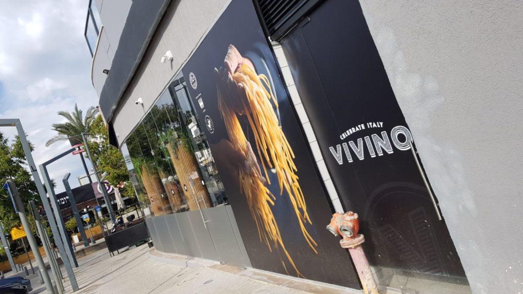 שלט קיר חיצוני למסעדה